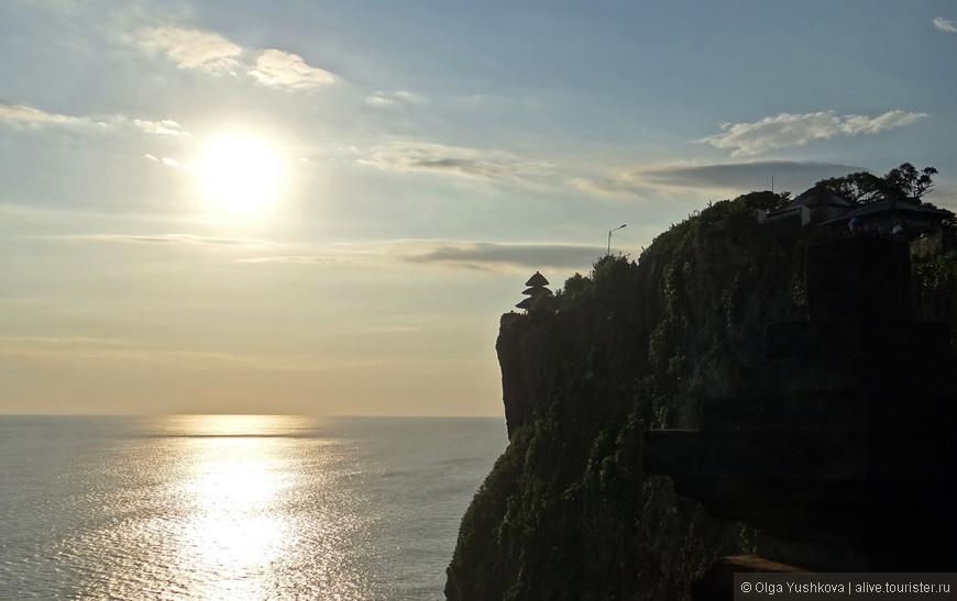 После купания и загорания на пляже в Нуса Дуа, ближе к вечеру, мы отправились полуостров Букит, который расположен на юго-западе Бали, - здесь, помимо красивых панорам и знакомства с храмом Улувату, нас ждала ещё и культурная программа в виде национального балийского танца Кечак... )))
