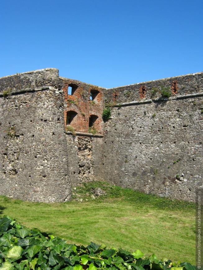 Одна из фортификационных особенностей, выступ скрывает истинный размер здания и стену с бойницами, вводя в заблуждение нападающих.