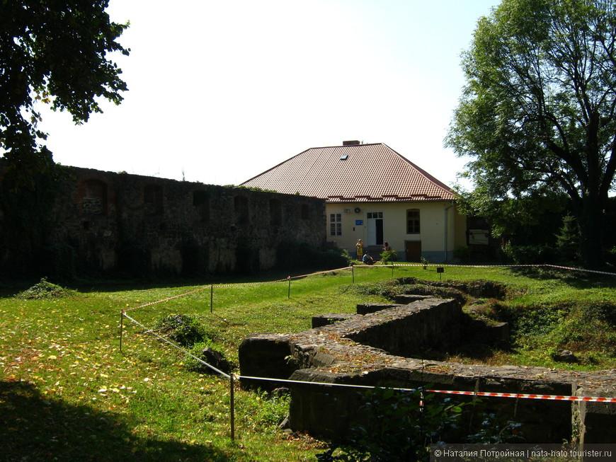 Сохранившийся цоколь церкви.