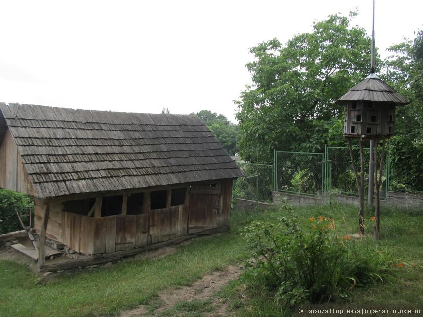 Один из первых в Украине музеев под открытым небом, Закарпатский музей народной архитектуры и быта, расположен на месте, где раньше была знаменитая Ведьмина яма. Когда-то в средние века тут сжигали закарпатских ведьм.
