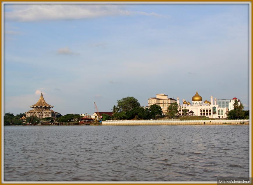 После поворота реки два здания с разных берегов оказались на одной плоскости!