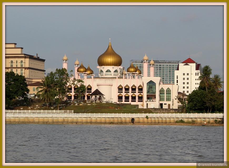 Малайзия - мусульманская страна! Городская мечеть, вид с реки.
