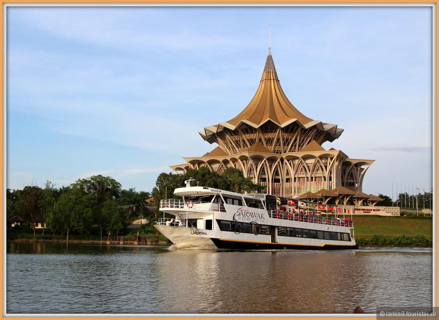 По реке есть экскурсии и на таких больших корабликах.