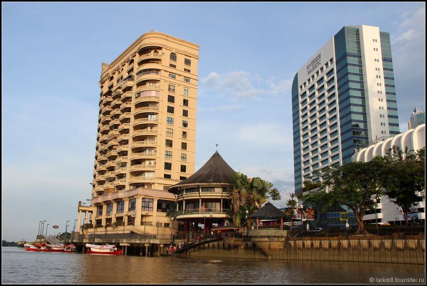 На побережье отели известных сетей и дом для местных богатеев.