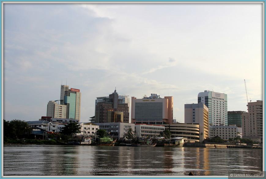 """С реки видны почти все местные отели, в т.ч. наша """"Арива""""."""