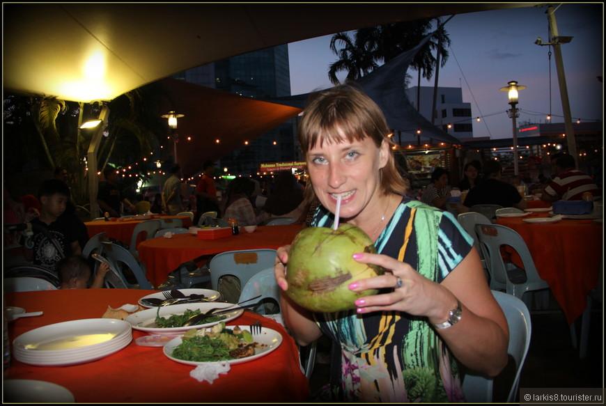 Кокосовый сок здесь дают в самом кокосе. А можно еще сделать любой фреш из любых фруктов. Но их выбор не очень большой!