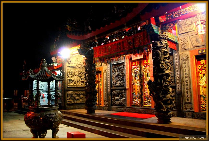 Вечером храмы с подсветкой особенно экзотичны!