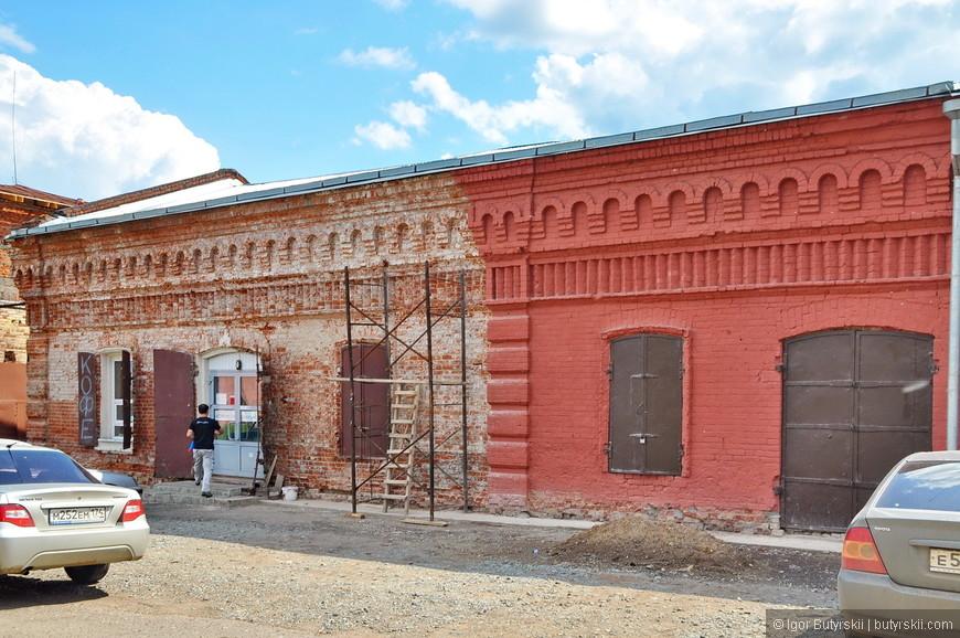 18. Частичный ремонт здания силами владельца. Обратите внимание на ставни, очень красиво смотрятся.