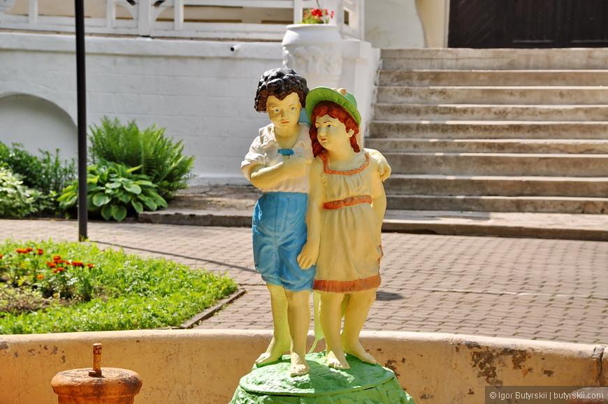 27. Скульптуры в фонтане перед центральным входом на дачу.