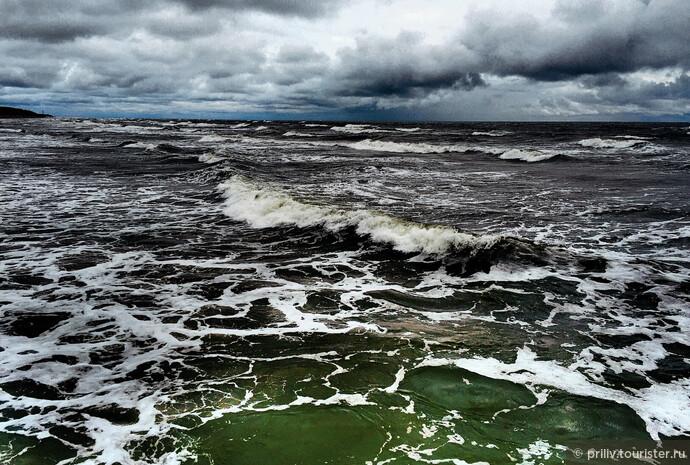 Балтика встретила не самым дружелюбным образом. Но во всем есть свои плюсы, море было шикарно. Оно без меня так волновалось, я это чувствовал и на всех парах летел на встречу)