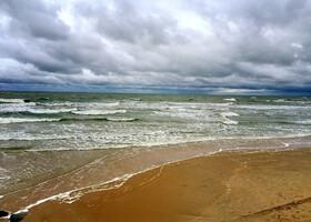 Балтика отличается от всех морей и вод в мировом океане слабой соленостью, и глубинным синим цветом. Песок на пляже настолько мелок, как на знаменитых островах Баунти, цветом только уступает им)