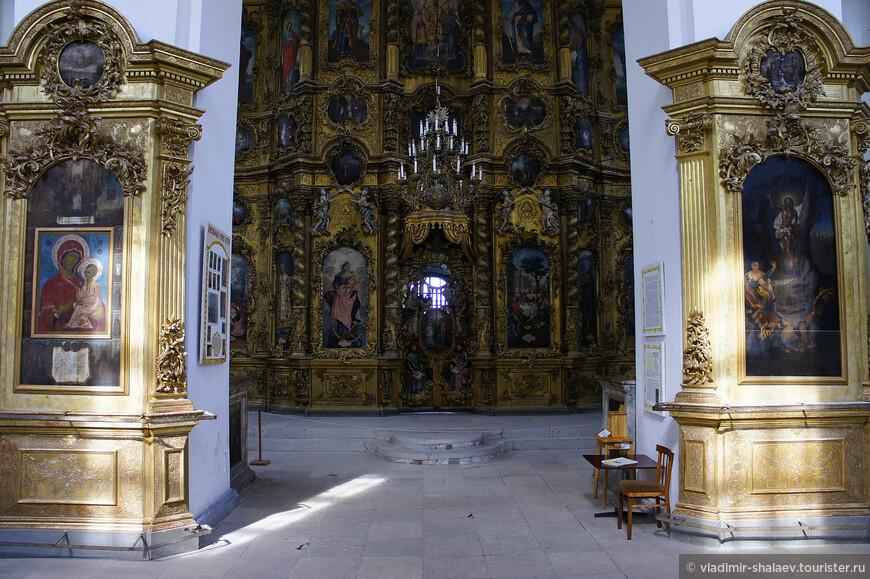 В 1784 г. были завершены работы по созданию нового иконостаса, длившиеся 8 лет. Иконостас сохранился и знаменит своей изумительной резьбой по дереву.