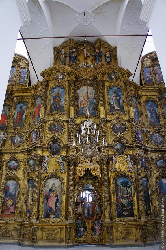 Безусловно это главная достопримечательность монастыря. Великолепный резной золоченый иконостас Троицкого собора, один из красивейших в Устюге.