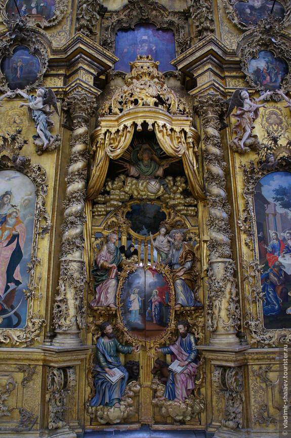 На царских вратах расположены фигуры четырех евангелистов, над ними парит в облаках Саваоф.
