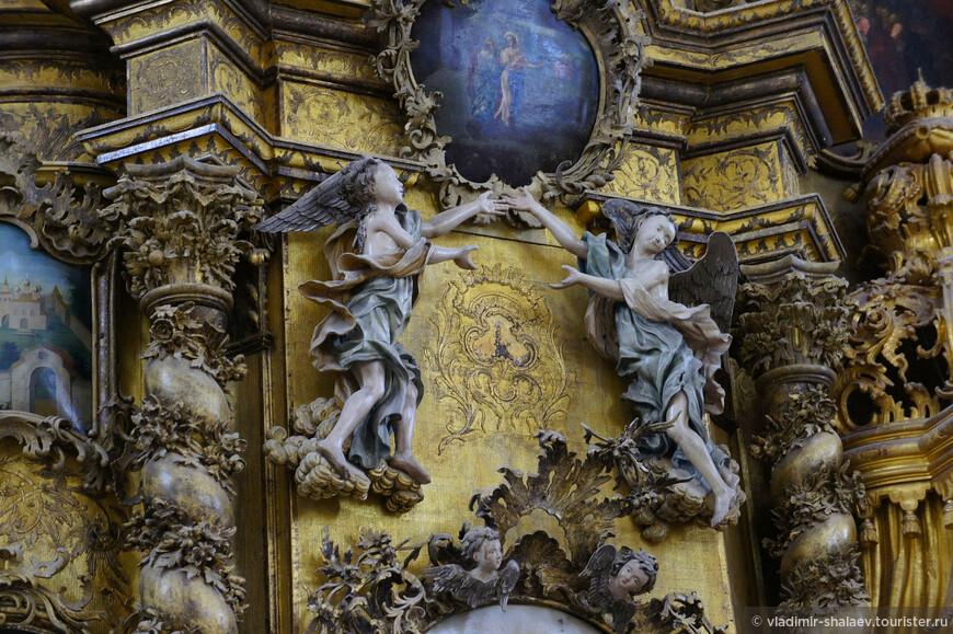 Особое очарование иконостасу придает большое количество деревянной скульптуры.
