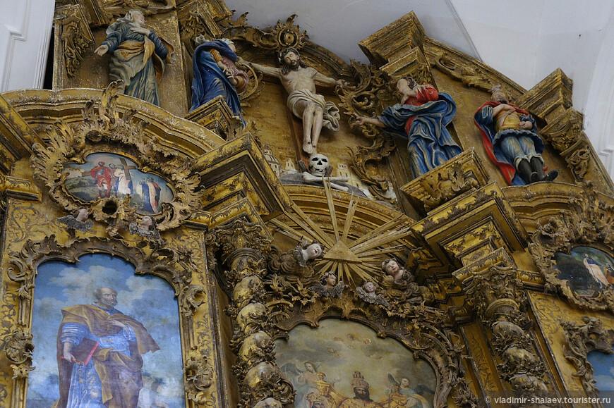 Скульптуры предстоящих у Распятия, ангелов, головок херувимов, органично сочетаясь с резьбой и иконописью, составляют с ними единое целое.