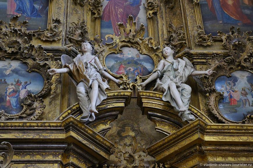 Общее впечатление богатства иконостаса усиливается позолотой, выполненной артелью П.А. Лабзина.