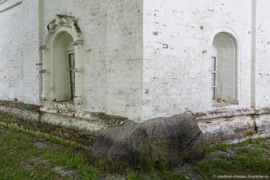 Закладной камень под западным углом основания Троицкого собора.