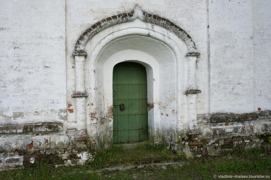 Декор боковой северной двери Троицкого собора.