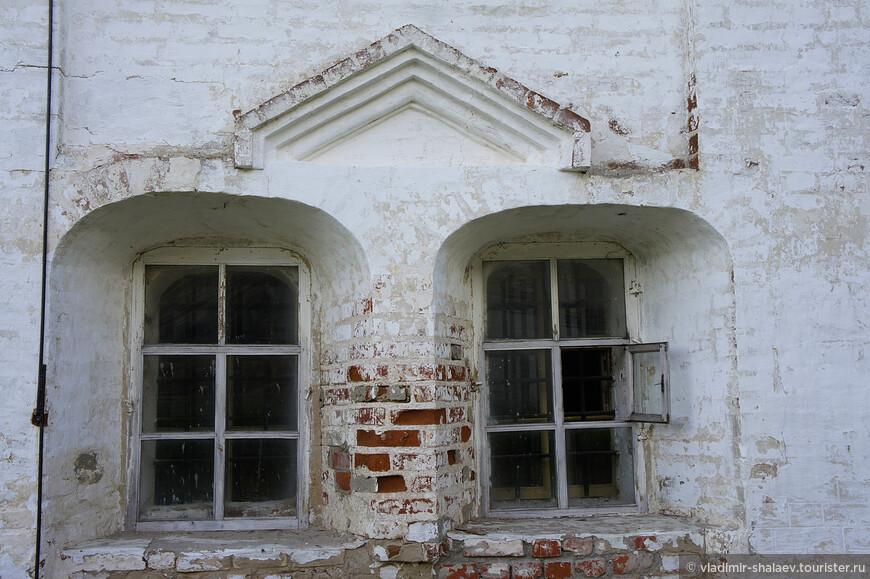 Декор оконных проёмов южной стены Троицкого собора.