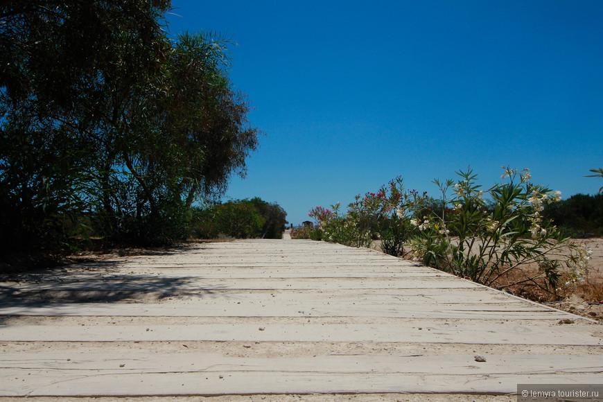 Дорожка к песчанному пляжу Патара...