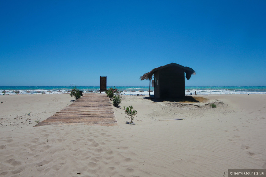 ветер...бушующее море..пустынный берег и деревянная будка с дорожкой, уходящей вникуда...