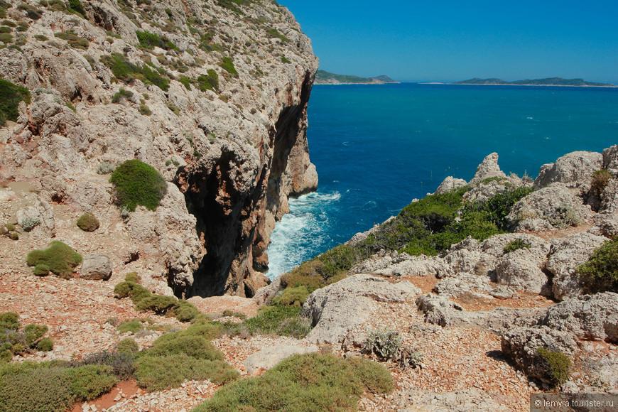 широкий песчаный берег резко сменяется высокими обрывистыми скалами