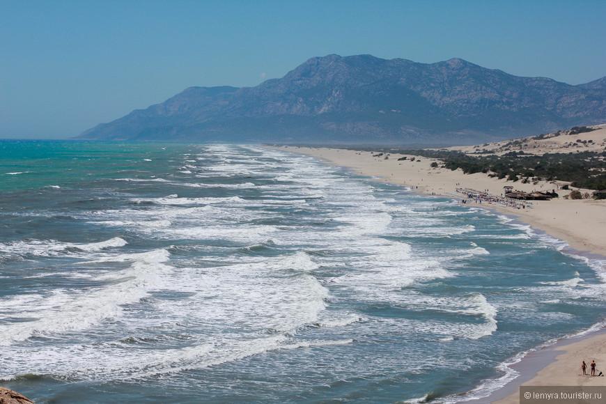 Время здесь будто замедляется и нет уже ни сегодня, ни завтра - лишь вечное солнце, чистейшее море, 18 километра белого песчаного пляжа, скалистые бухты и полный релакс.