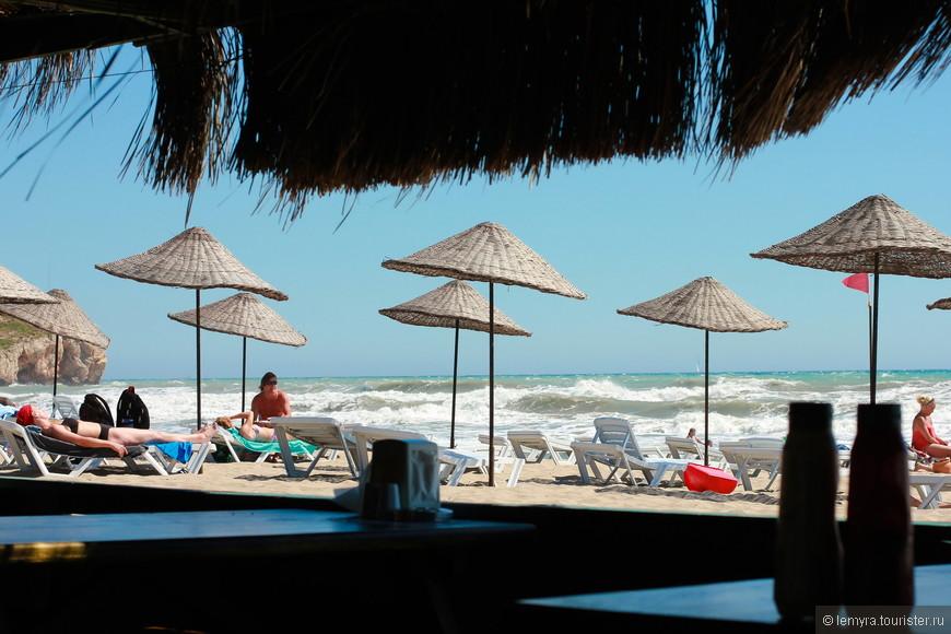 утомленные солнцем, устроились в единственном кафе на побережье