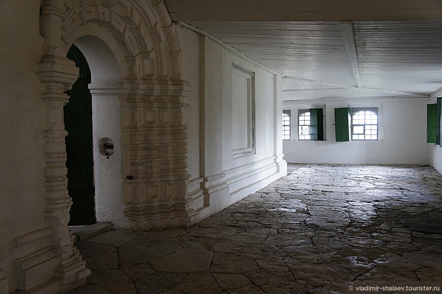 Интерьер галереи Троицкого собора.