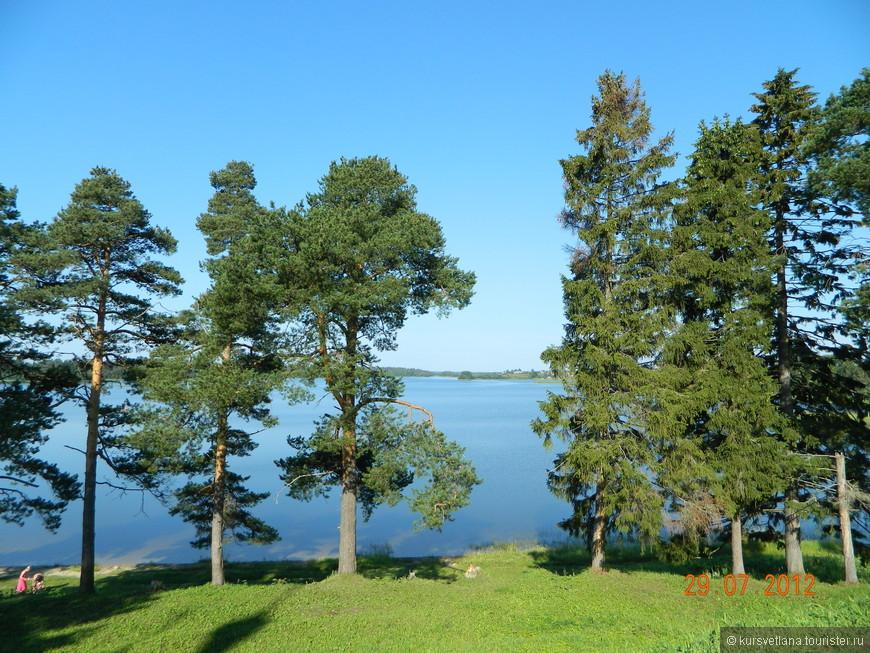 Монастырь стоит на берегу очень красивого Бородаевского озера