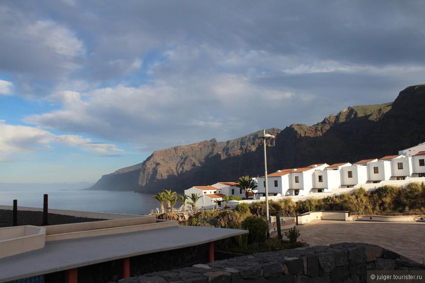 Город со всех сторон окружен скалами, поэтому считается одним из самых теплых и безветренных мест на Тенерифе.