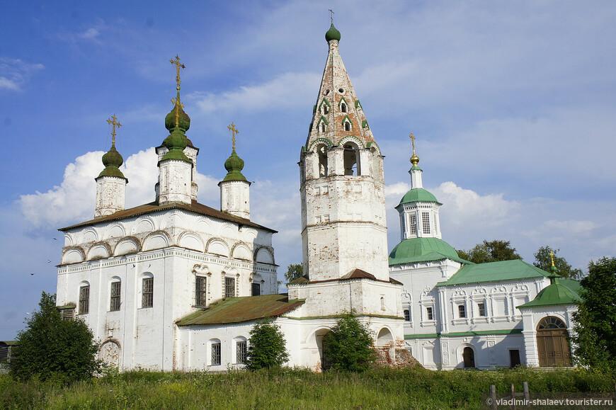 Вид на летний храм Дмитрия Солунского с колокольней и зимний храм Сергия Радонежского с северной стороны.