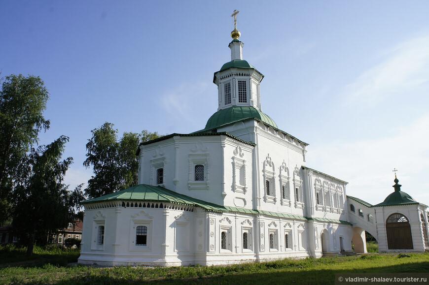 В холодное время года службы проходили в соседнем теплом храме Сергия Радонежского. Строительство этой церкви проходило в два этапа. Нижний храм был возведен в 1739-1750 годах, а освящение его произошло во имя особо почитаемого на Руси Святителя Николая Чудотворца, который был покровителем путешественников и мореплавателей. Верхний храм закончили строить в 1769 году, и освящен он был в честь преподобного Сергия Радонежского. Архитектурными чертами теплая церковь очень напоминает корабль – храм трапезного типа, двухэтажный и вытянутый в длину.