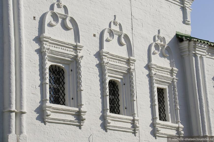 Верхний этаж оформлен различными карнизами, наличниками окон и вычурными фронтонами, имеющими завитки-валюты.