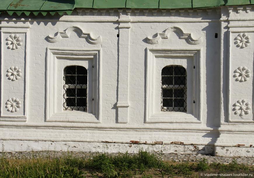 Настоящим украшением храма считается разнообразный фасадный декор. Декорирование нижнего этажа выполнено при помощи рамочных оконных наличников с бровками, угловыми пилястрами, которые красиво украшены звездочкми-розетками.
