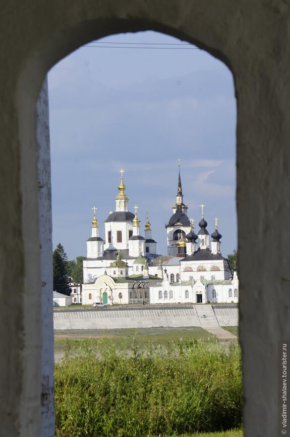 Вид на Соборное дворище Великого Устюга от церкви Дмитрия Солунского.