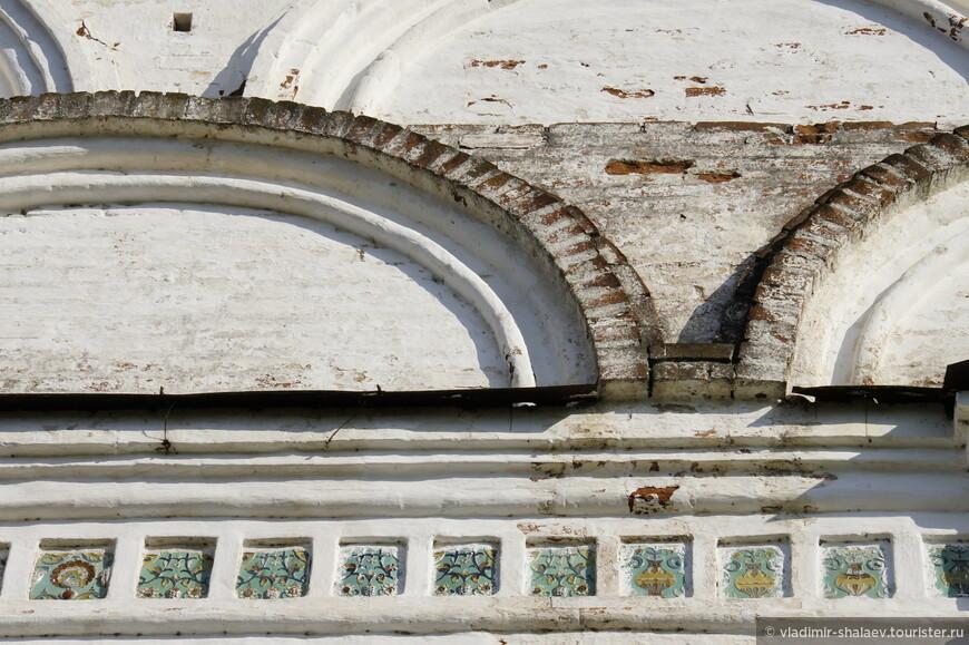 Безусловным украшением церкви Дмитрия Солунского являются два ряда кокошников «вперебежку» и израсцы.