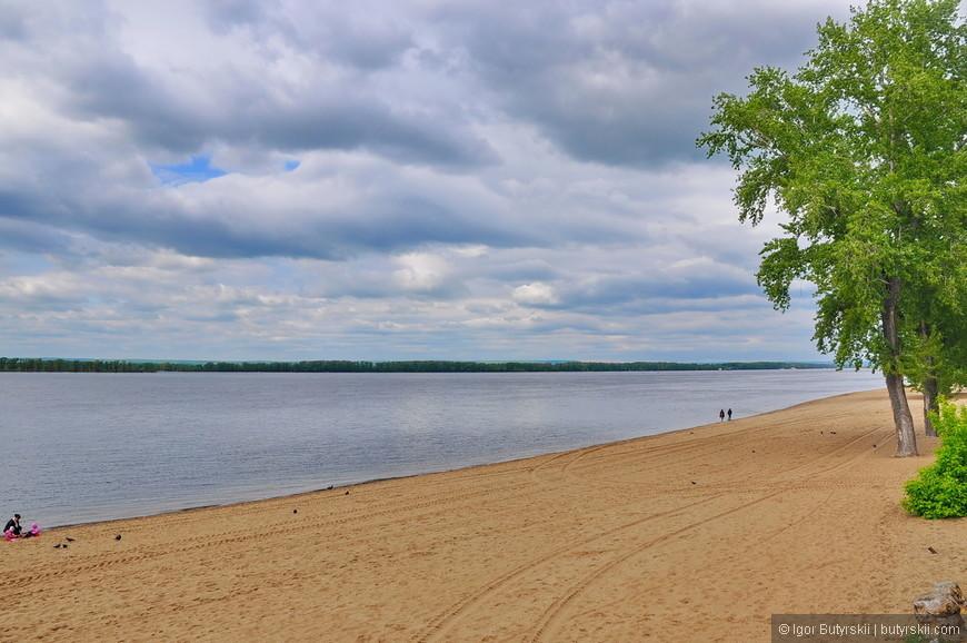 17. Переместимся в пляжную зону набережной. Песок, конечно, привезенный. Одна из немногих набережных Волги в крупных городах где можно купаться.