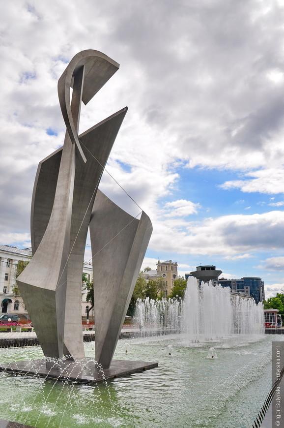 23. Фонтан «Парус». Изначально планировалось сделать четыре фонтана, но установили только один, зато большой.
