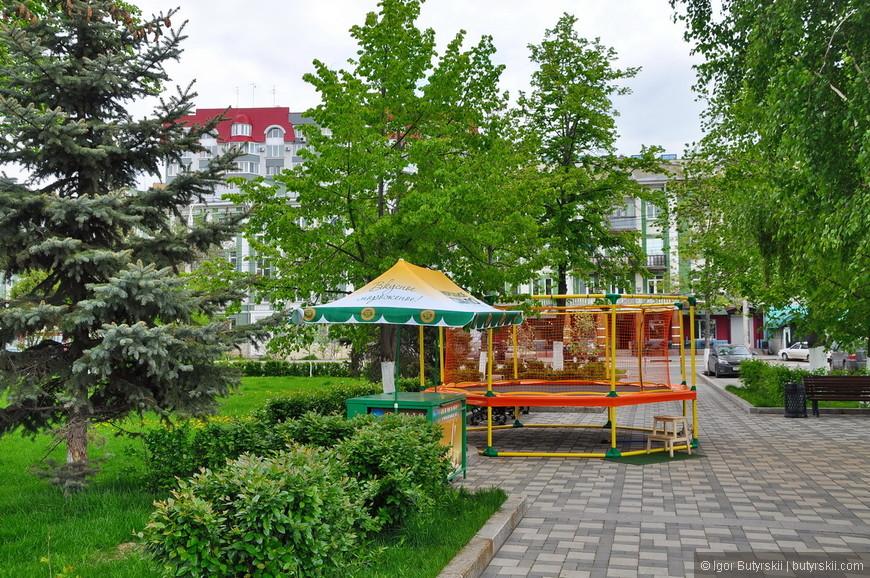 26. Конечно, как и в любом российском парке, на набережной есть детская зона, батуты, ларьки с мороженным и прочие атрибуты.