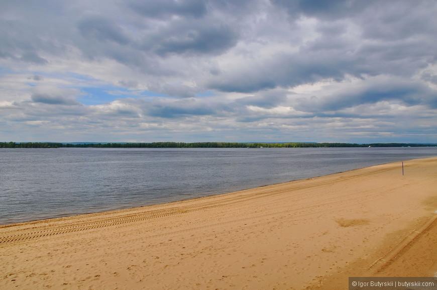 38. Летом пляжи Волги полностью заполнены отдыхающими. Поймать «пустой» кадр очень трудно.