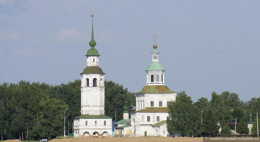 От Дымковской слободы открывается красивый вид на церкви Великого Устюга. На этом снимке Никольская церковь.