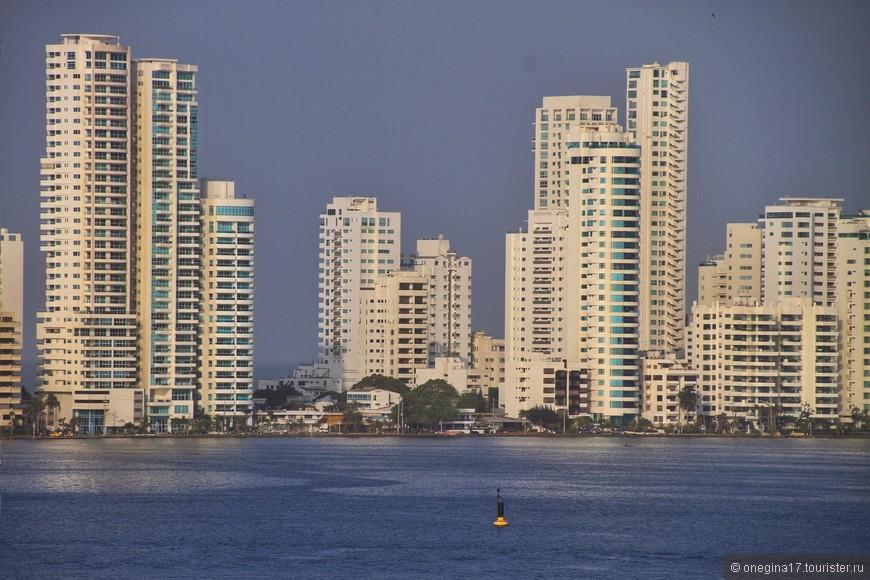 Современная Картахена: отели, дома-башни, устремившиеся в небо, километры пляжей и солнце. Красиво, но это совсем не то, что вас ждет в Старом городе, в настоящей Картахене...