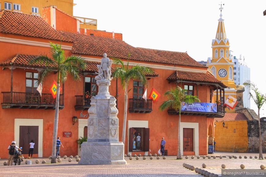 Площадь Таможни (самая старая в городе) и ее главное украшение - памятник Христофору Колумбу.