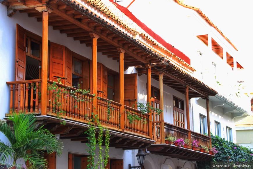 Знаменитые балконы Картахены, одна из визитных карточек города! Это и украшение улиц, и повод для нешуточной конкуренции хозяев балконов. Чей балкон краше - старинное развлечение картахенцев, переросшее почти в новый вид спорта.