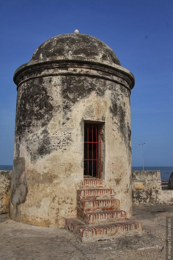 Крепостная стена. Самая настоящая стена, что оберегала город от набегов пиратов, с бойницами, пушками и парусами на горизонте.