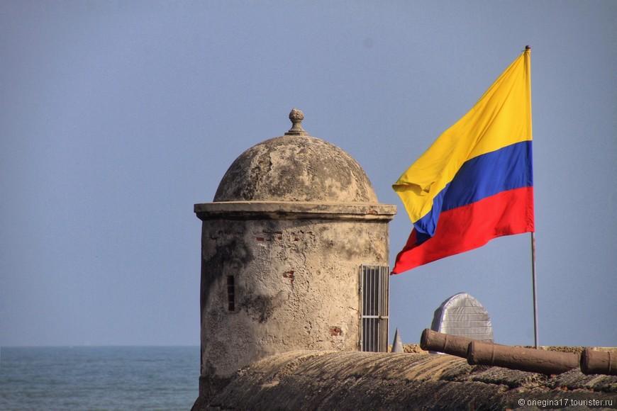 Крепостная стена. Теперь на ней реет приветственно флаг Колумбии, такой же солнечный и радостный, как Картахена.
