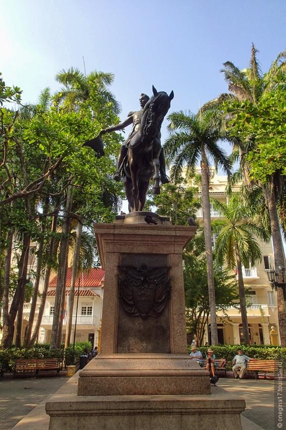 Памятник Боливару у музея Инквизиции, на площади Боливара.