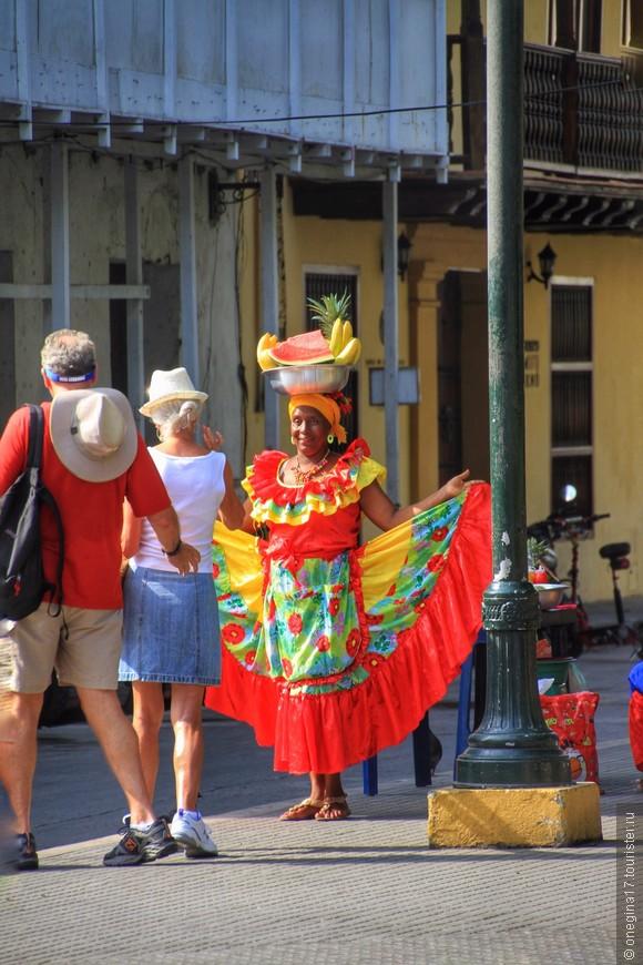 Развлечение для туристов, доход для колумбиек. Вам могут продать фрукты за приемлемую цену. А можно сфотографироваться на память, тоже не бесплатно.